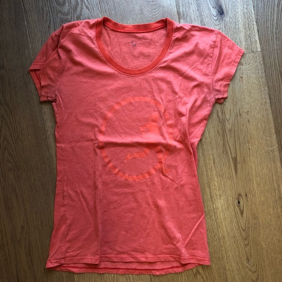 5d4e3ea948a1 Oiselle Tee with glow-in-the-dark running girl. M 5b68bf0504ef5000784f9b43